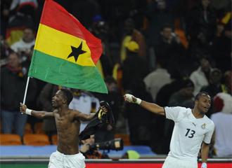 Paintsil porta la bandera de Ghana