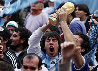 Aficionados argentinos euf�ricos tras la victoria.