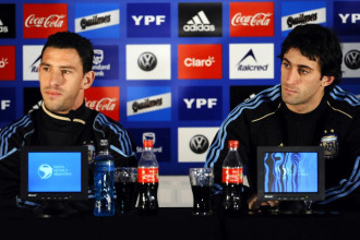 Maxi y Diego Milito, durante la rueda de prensa que ofrecieron los componentes de la selección argentina