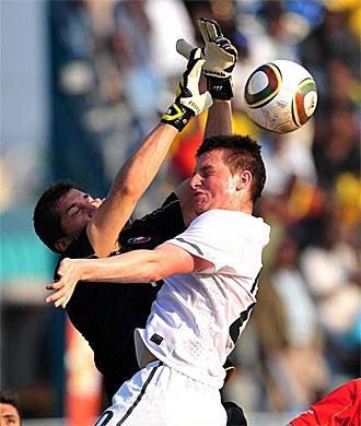 Pinto realiza una intervenci�n durante un amistoso frente a Nueva Zelanda.