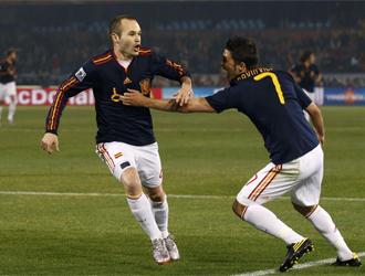 Iniesta y Villa celebran el 0-2