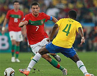 Ronaldo intenta un regate ante Juan
