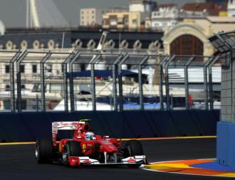 Fernando Alonso, rodando con su F10 por el trazado urbano de Valencia