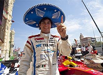 Maldonado celebra la pole con un sombrero mexicano