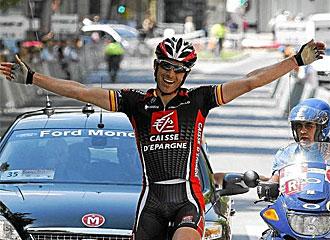 Iván Gutiérrez celebra la victoria en la línea de meta.