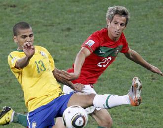 Fabio Coentrao disputando un bal�n con Dani Alves en un partido de la selecci�n portuguesa