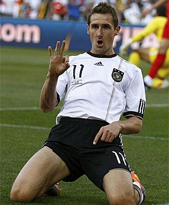 Klose celebra su gol frente a Inglaterra.