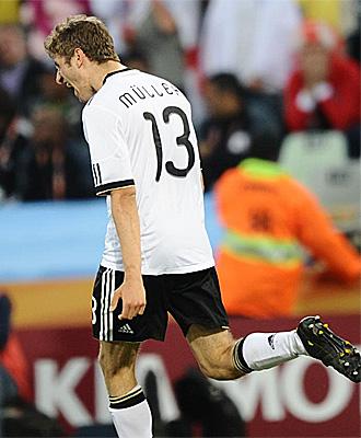 M�ller celebra uno de sus goles ante Inglaterra