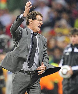 Fabio Capello se queja durante el partido ante Alemania
