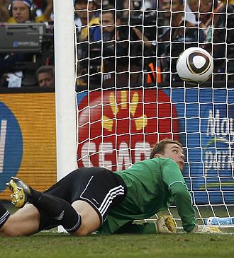 El alem�n Neuer mira la pelota en la jugada del gol no concedido a Inglaterra.