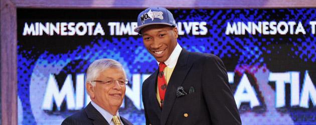 Wesley Johnson, elegido por los Timberwolves con el n�mero 4 del Draft, saluda a David Stern.