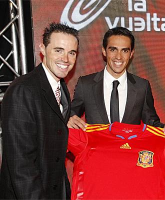 Samuel S�nchez y Contador, posando con la camiseta de la selecci�n espa�ola.