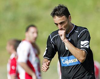 Momo celebra chupándose el dedo uno de los goles marcados por el Xerez