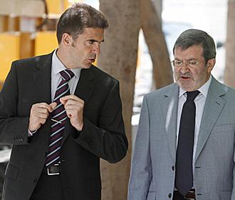 El t�cnico Gonzalo Arconada y el director deportivo, Santiago Llorente, dialogando el d�a de la presentaci�n del primero como nuevo entrenador del Tenerife