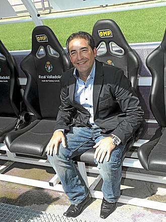 Antonio G�mez, en el banquillo del Nuevo Jos� Zorrilla, su nueva casa, el d�a de su presentaci�n como entrenador del Valladolid