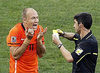 Undiano muestra amarilla a Robben.