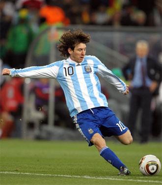 Messi golpea un bal�n durante el partido contra m�xico