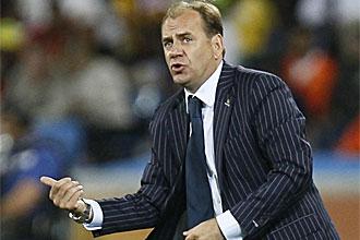 Vladimir Weiss da instrucciones durante el partido ante Holanda
