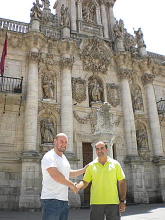 El �ltimo fichaje chamizo, el luso argentino Murr�, saluda a su nuevo entrenador Luis Turri�n en Valladolid