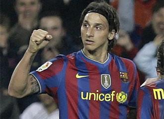 Ibrahimovic celebra un gol con el Bar�a.