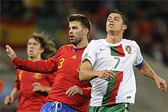 Gerard Piqu� en una acci�n con Cristiano Ronaldo