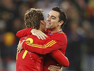 Xavi se abraza con Llorente