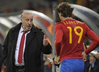 Vicente del Bosque da instrucciones a Fernando Llorente antes de la salida al terreno de juego del delantero.