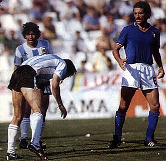 Diego Armando Maradona y Claudio Gentile, durante el encuentro entre Argentina e Italia del Mundial de Espa�a.