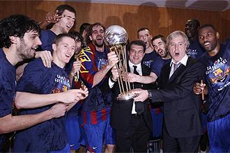 Laporta celebra con la secci�n de baloncesto la conquista de la Euroliga