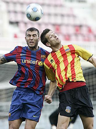 Mayordomo, en el partido del pasado mes de febrero del Sant Andreu ante el filial del Barcelona... en la imagen peleando con Armando por un bal�n