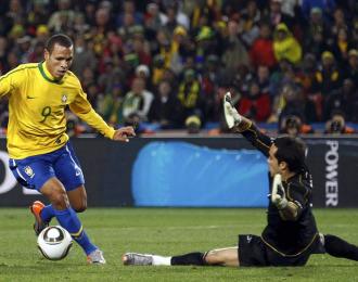 Luis Fabiano, en el momento que marca contra Chile