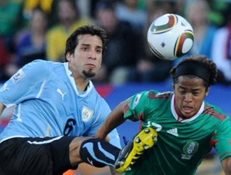 Victorino pugna por un bal�n ante Giovani Dos Santos.