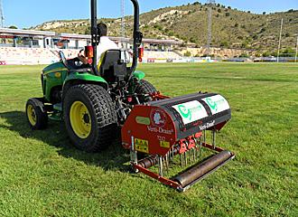 Las labores de resiembra y nivelaci�n del 'ondulado' terreno del campo de La Vila se est�n desarrollando a lo largo de esta semana