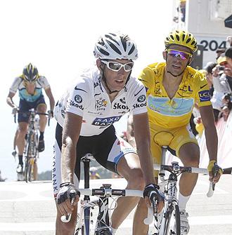Andy Schleck y Alberto Contador cruzan la meta durante una etapa del Tour 2009, con Lance Armstrong detr�s.