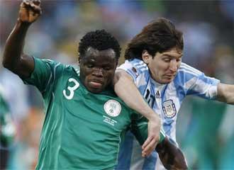 Taiwo defendiendo a Messi