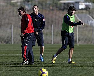 Esteban Vigo junto a Delibasic y Tote, muy sonrientes en la foto durante un entrenamiento de la pasada temporada