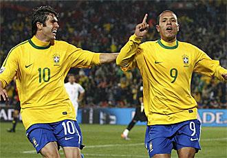 Luis Fabiano celebra un gol con Kak�.