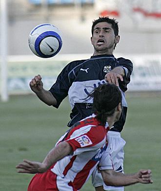 Cinco a�os despu�s, Antonio Hidalgo volver� a lucir la camiseta del Tenerife, como en la imagen frente al Almer�a en la temporada 2004/05