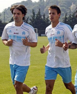 Morientes corre junto a Azpilicueta en un entrenamiento.