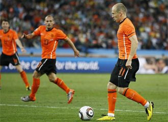 Van Bommel y Sneijder le piden el bal�n a Robben