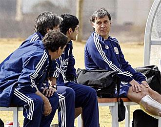 Martino, seleccionador paraguayo, habla con sus colaboradores