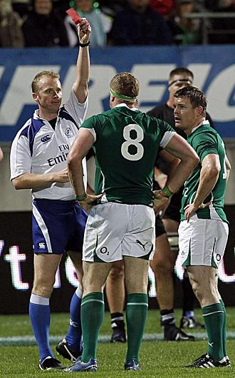 El �rbitro ingl�s Wayne Barnes muestra la cartulina roja a Heaslip tras su criticable acci�n sobre Richie McCaw, el capit�n de los 'All Blacks'