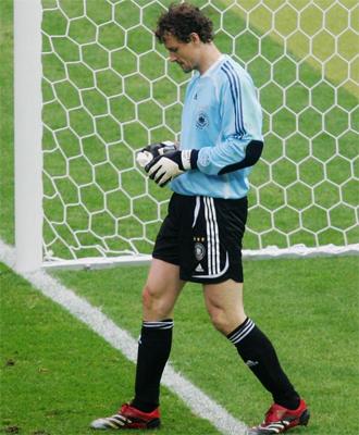 Lehmann y su chuleta durante los penaltis ante Argentina.