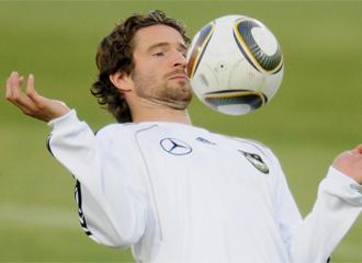 Friedrich controla un bal�n durante un entrenamiento de la Maanschaft