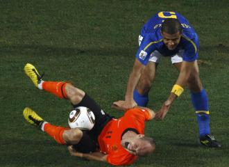Melo, justo despu�s de pisar a Robben