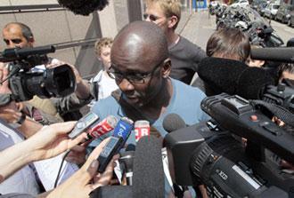 Thuram hablando con los medios despu�s de la reunion en la Federaci�n