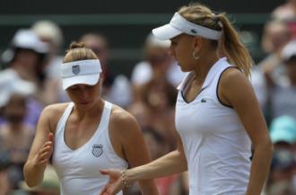 Vera Zvonareva y Elena Vesnina durante las semifinales de dobles.
