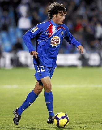 Pedro Le�n conduce el bal�n durante un partido del Getafe.