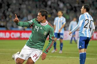 Chicharito le hizo un gol a Argentina en los octavos de final