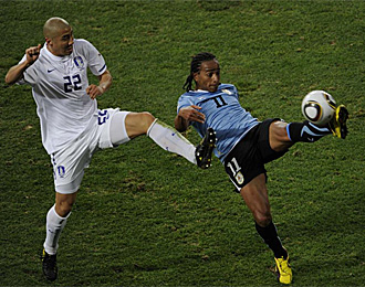 Cha Du-ri realiza una entrada a un jugador uruguayo en el Mundial